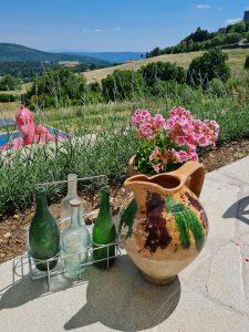 Antieke flessen op het terras
